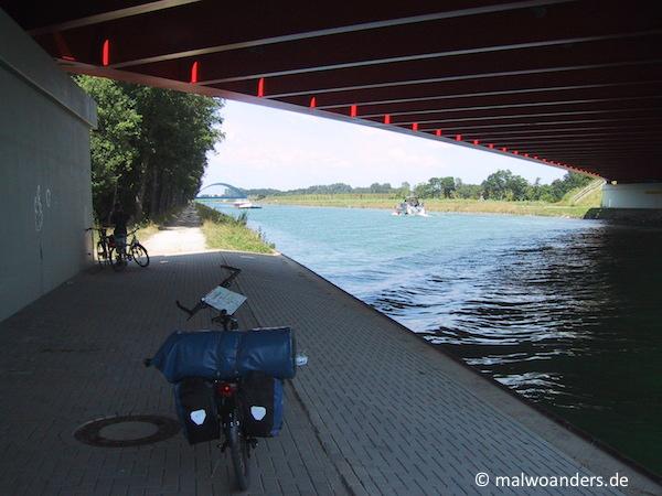 Die A1 führt über den Kanal