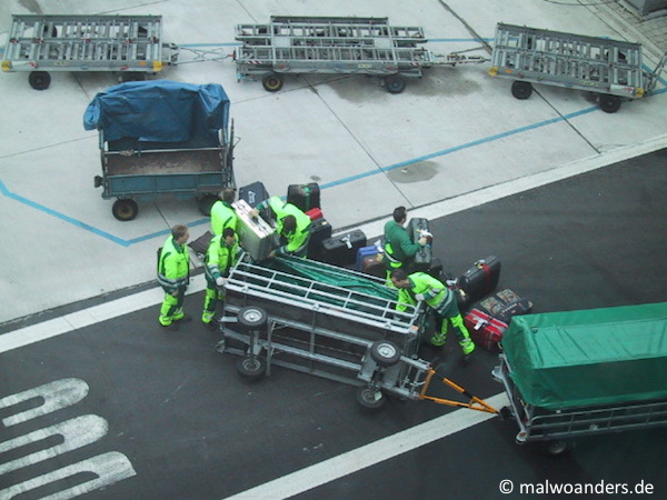 Der Gepäckwagen ist umgefallen.