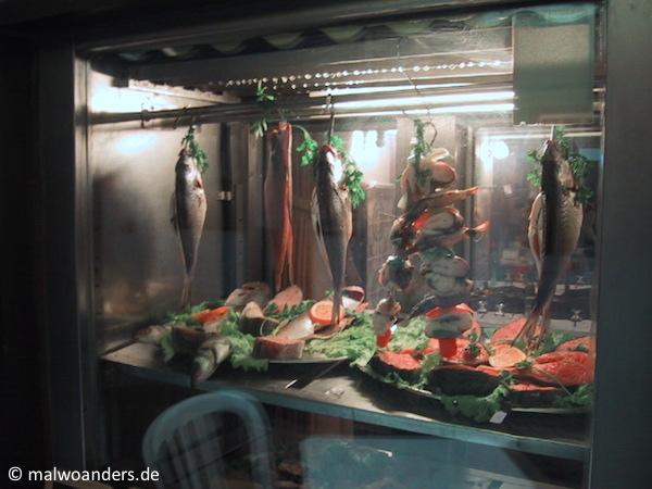 Auslagen eines Fischrestaurants
