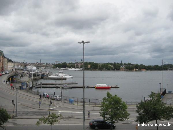 Im Vordergrund die Fähre zur Insel Djurgården. Im Hintergrund das Segelschiff Af Chapmann.