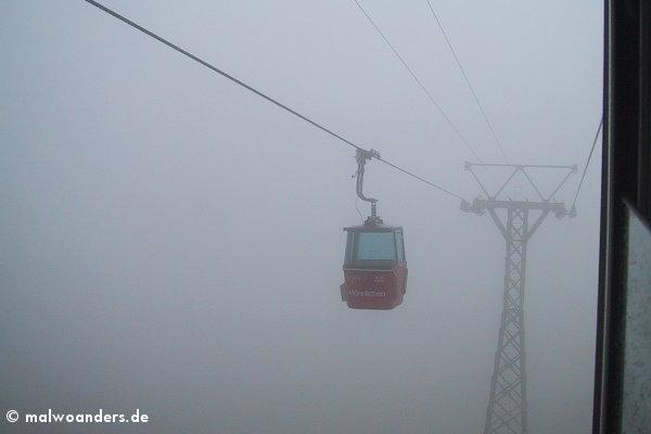 Seilbahnfahrt durch die Wolken