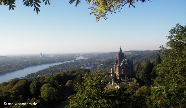 Blick auf Schloss Drachenburg und Bonn