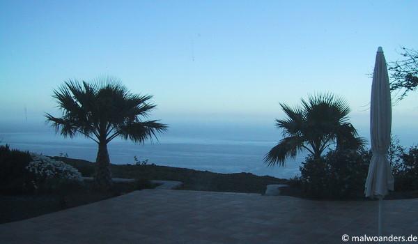 Morgendämmerung. Wo hört das Meer auf und wo fängt der Himmel an?