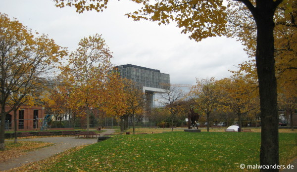 Blick auf ein Kranhaus vom Bürgerhaus Stellwerk aus