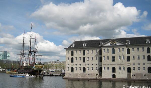 """Schifffahrtsmuseum Amsterdam mit dem VOC-Schiff """"Amsterdam"""""""