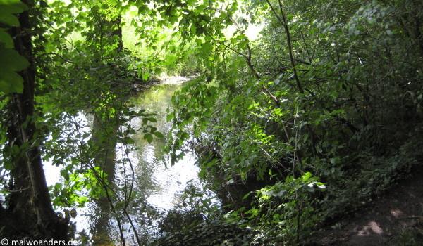 Wassergraben neben dem Wall