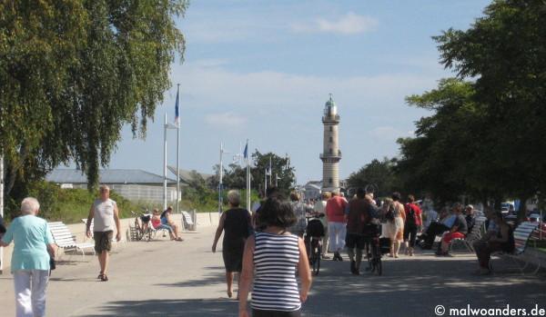 Promenade und Leuchtturm Warnemünde