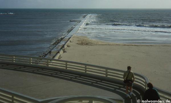 Blick vom Café auf die Mole und den Strand