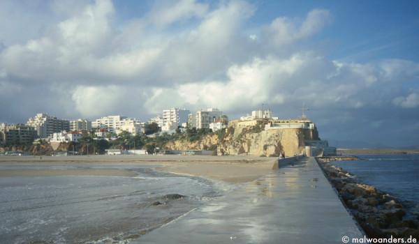 Blick von der Mole aufs Fort und Praia da Rocha