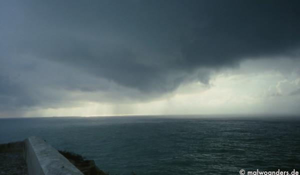 Regenschauer über dem Meer